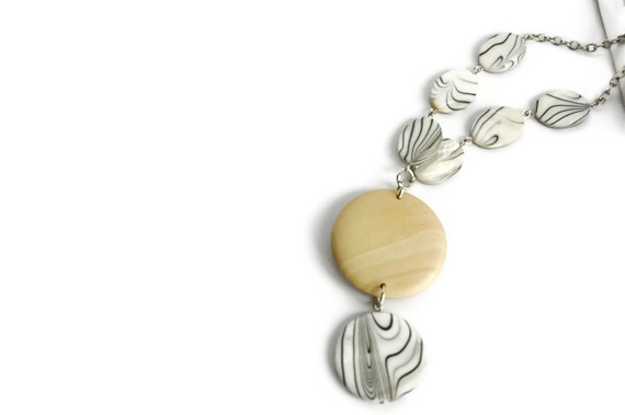 Chunky necklace in beige, black and white lake shells and wood beads. Perfect summer fashion.. Wood necklace.